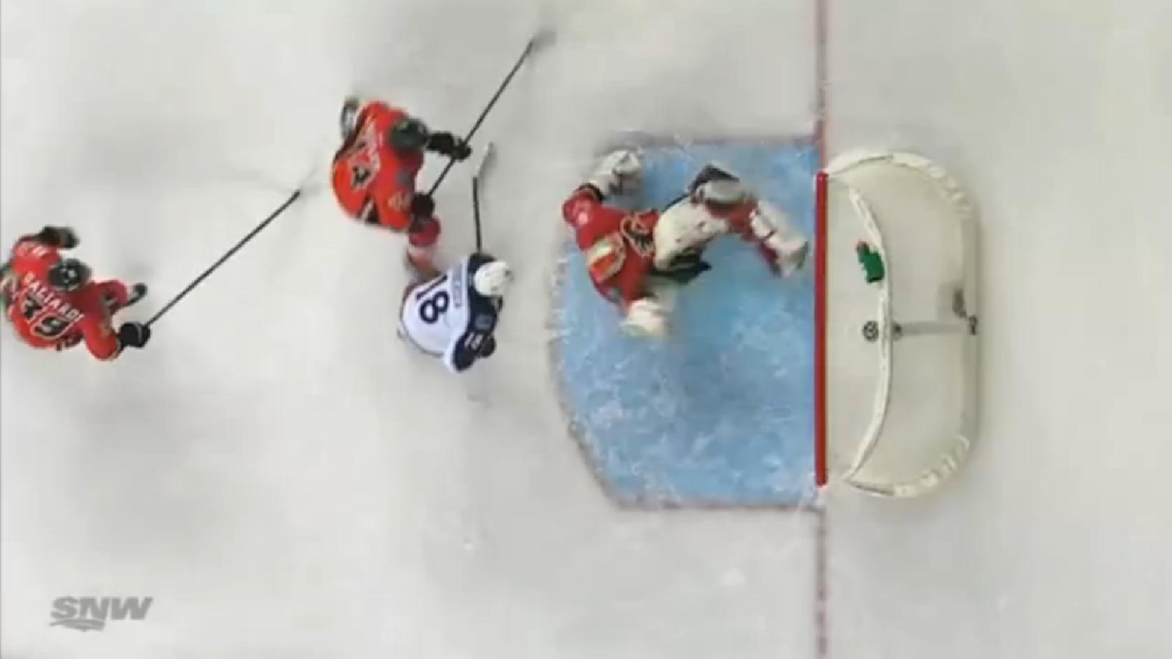 Portero de hockey evita anotación con una chilena